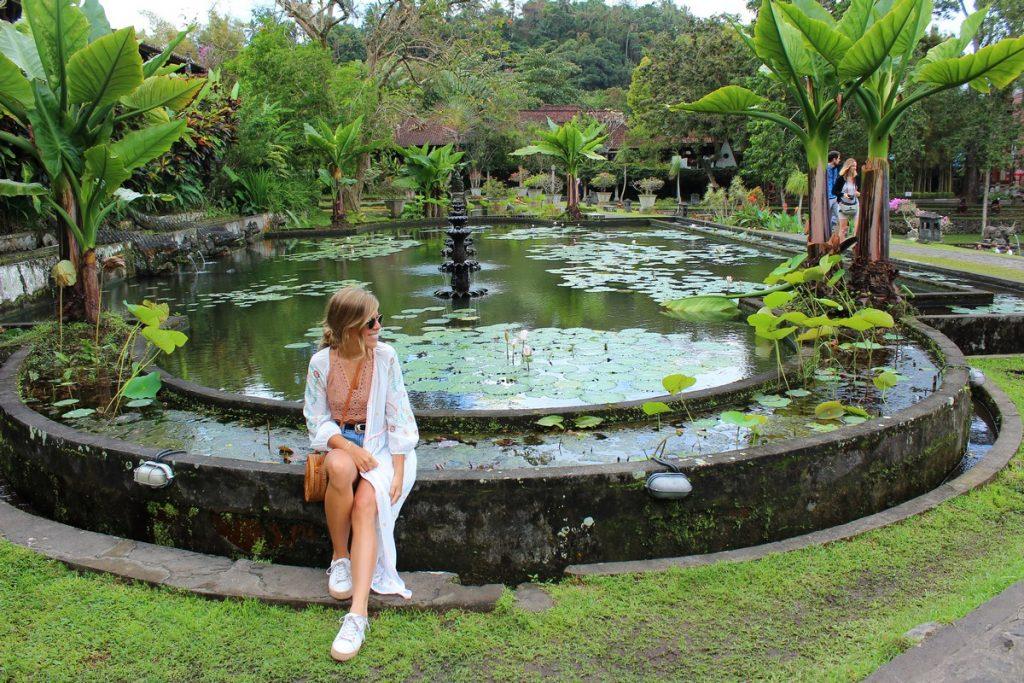 En un estanque de Tirta Gangga