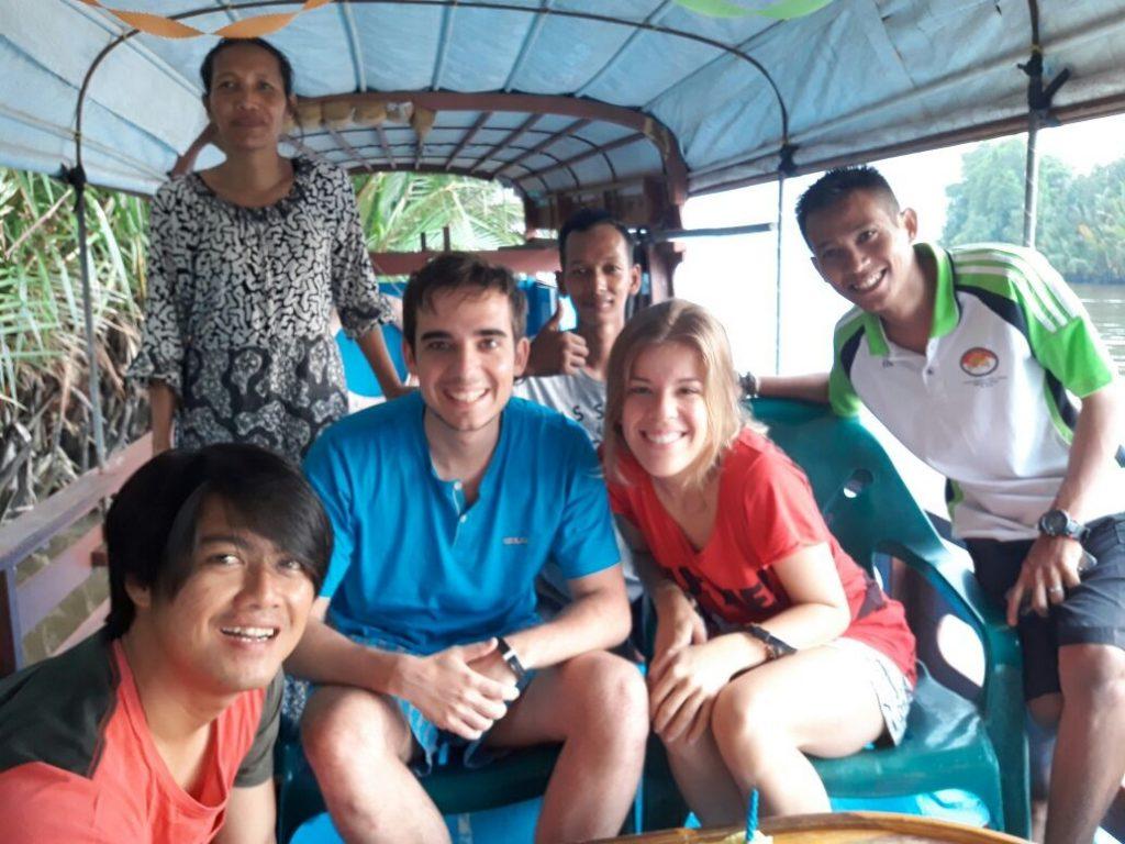 Con toda la tripulación de nuestro klotok en Borneo (Anwar a la derecha)