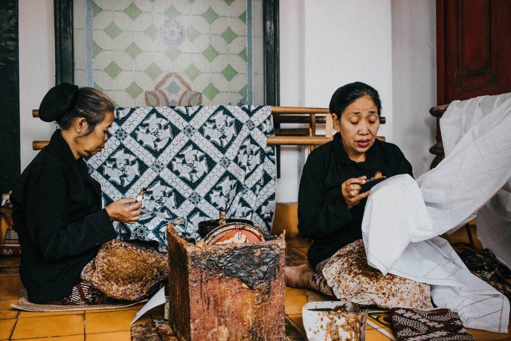 Mujeres haciendo la técnica del batik en Yogyakarta