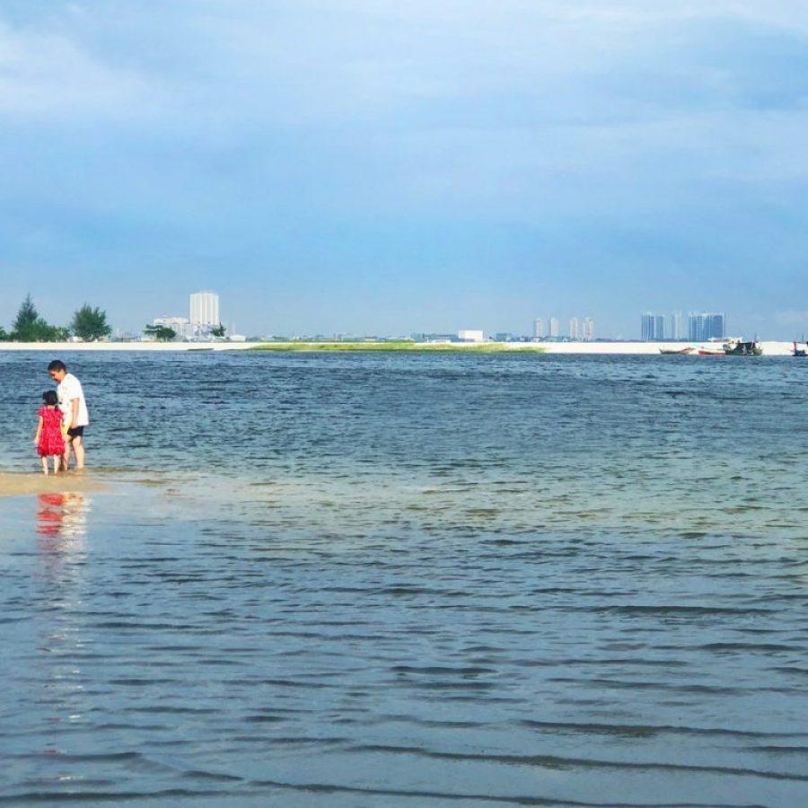 En la playa de Ancol de Yakarta