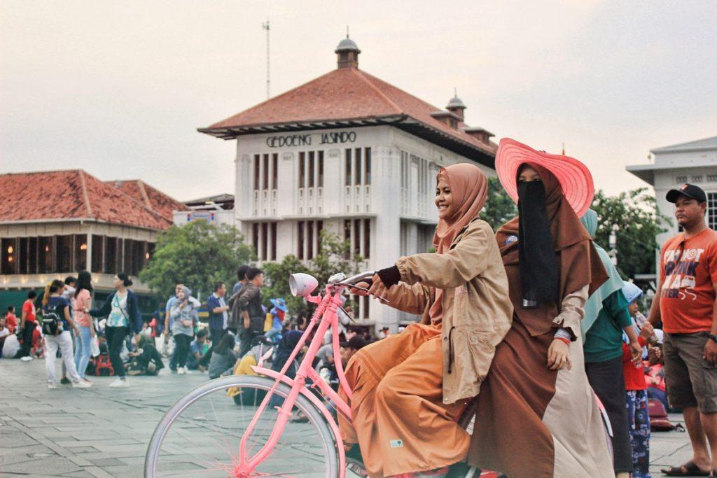 Indonesia montando en una de las bicis holandesas de la plaza de Fatahillah