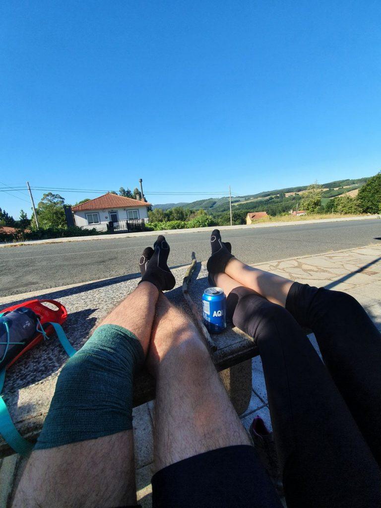 Descansando las piernas en el último tramo hasta Arzúa