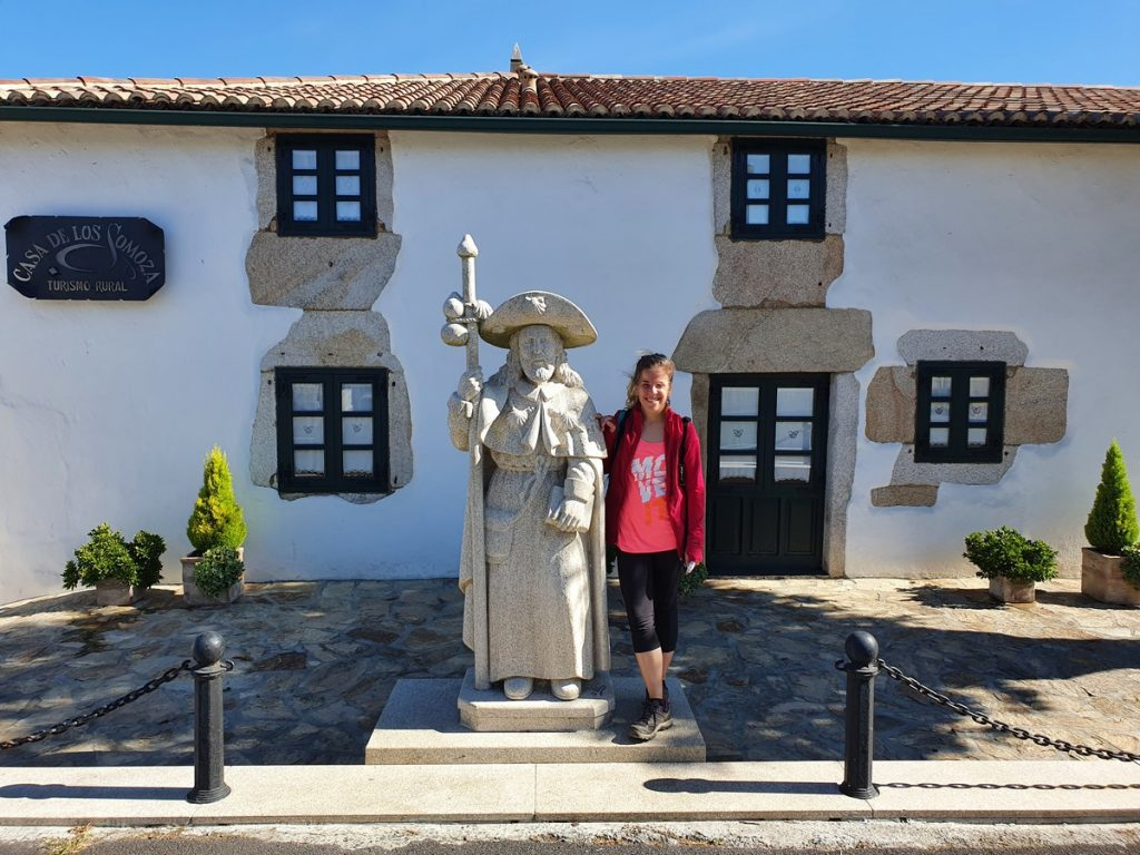 Una estatua del apóstol Santiago en el Camino de Santiago
