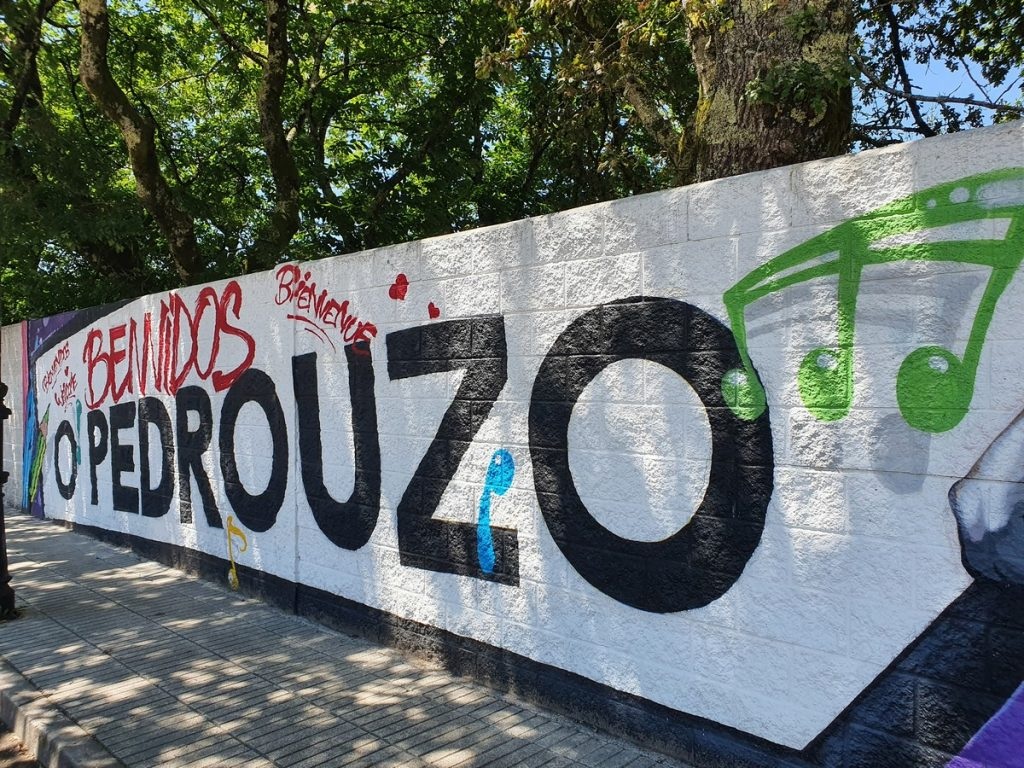 Grafitis en la entrada de O Pedrouzo