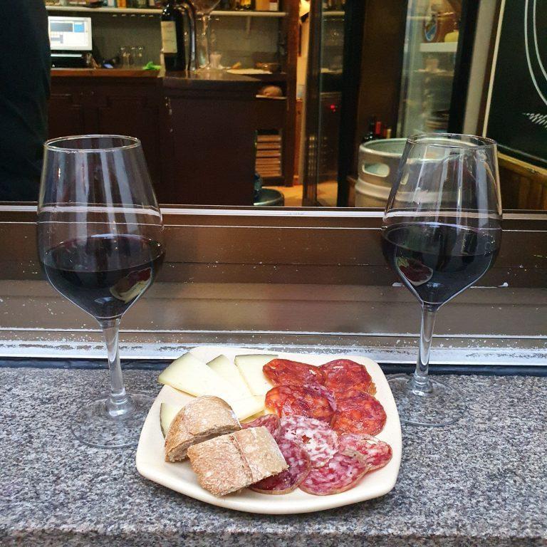 Tapa de quesos y embutidos en la Viñoteca Ventosela