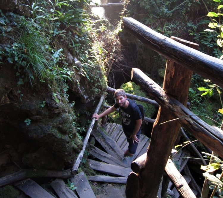 Escaleras de bajada al río en Rastoke