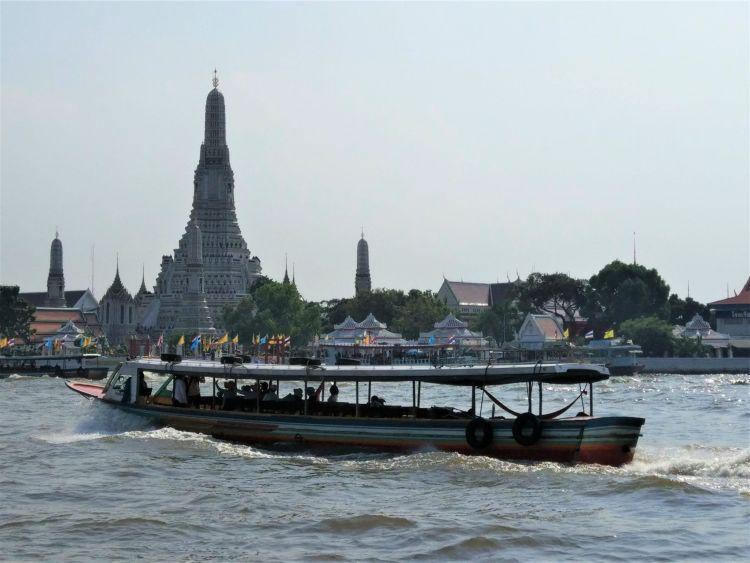 Cruzando el río de Bangkok