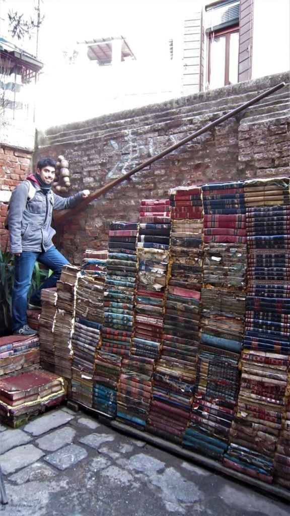 Escalera de la librería Acqua Alta