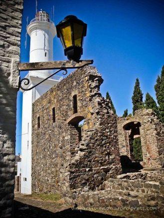 faro y ruinas en Colonia del Sacramento