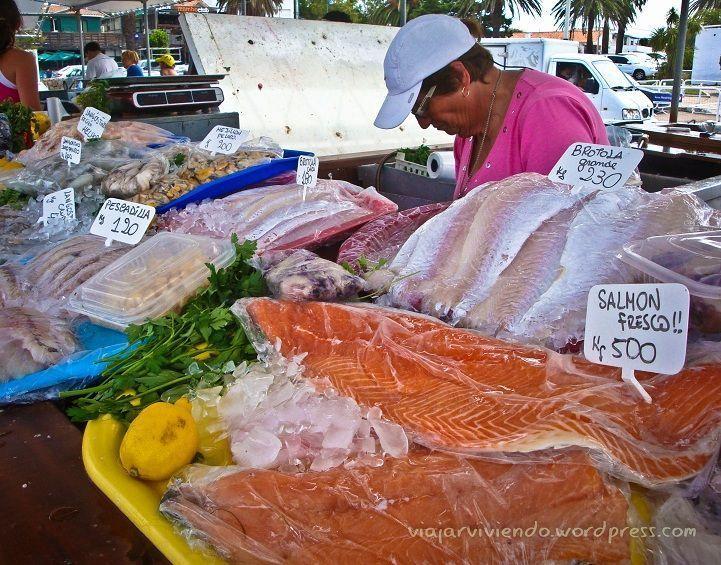 Puestos de pescado en el puerto de Punta del Este Uruguay