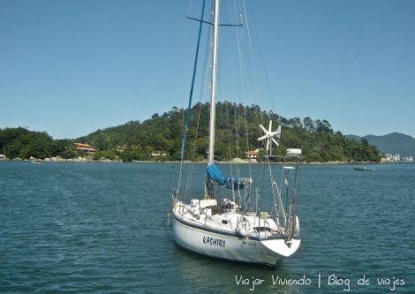 un velero cercano a la costa de la isla