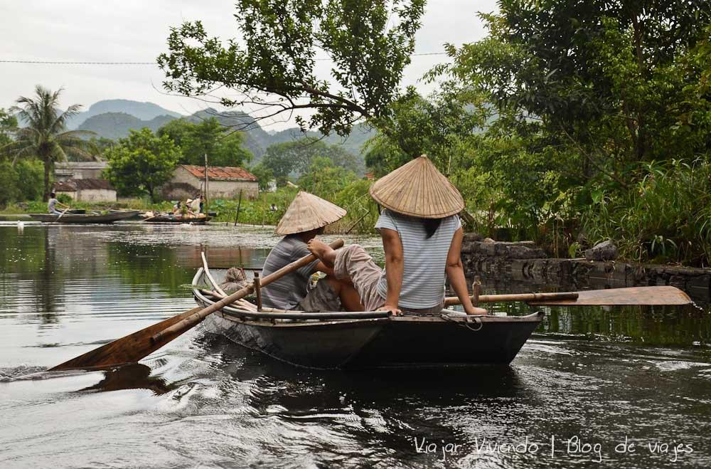 Tam Coc Vietnam reman con los pies