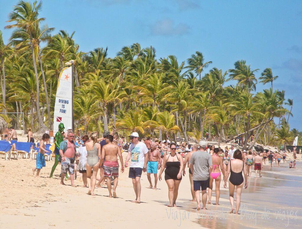 playa arena gorda punta cana con mucha gente