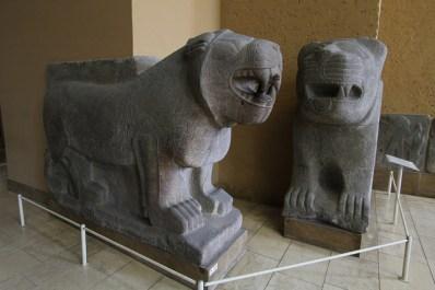 Dos estatuas procedentes de Assur en el museo de Pérgamo (Berlín)