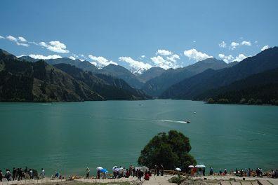 Lago del Cielo, con el pico Bogda al fondo