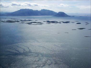 Vista lejana de la isla principal de Vega