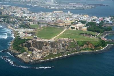 Vista aérea de San Juan, con el fuerte de Morro en primer plano