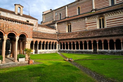 Claustro de la iglesia románica de San Zeno en Verona