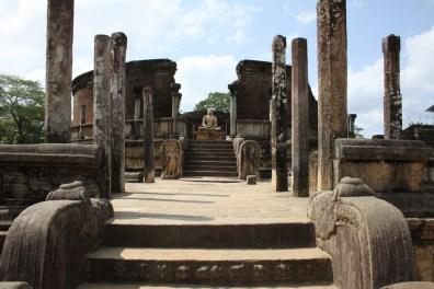 Vatadage de Polonnaruwa, con su estatua de Buda