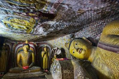 Varias estatuas de Buda en Dambulla, incluido un Buda reclinado