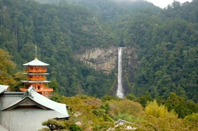 Templo frente a la catarata de Nachi