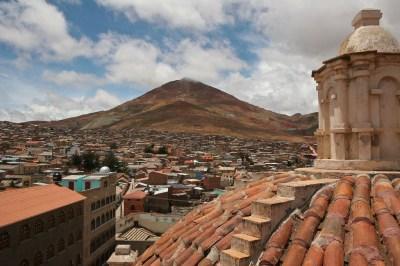 Vista de la ciudad de Potosí con el Cerro Rico al fondo