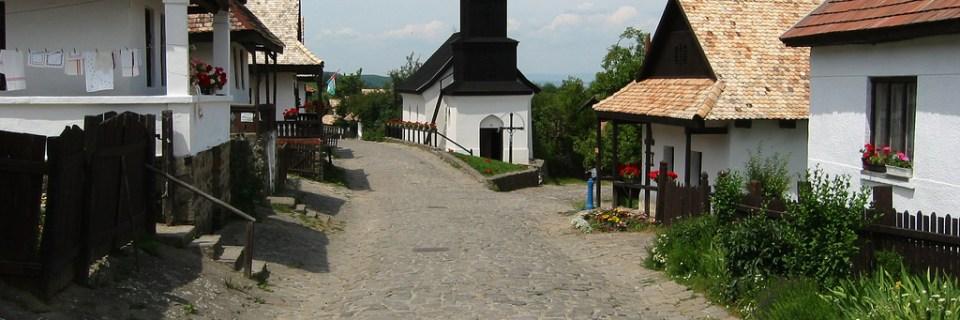 Aldea antigua de Hollókö y sus alrededores