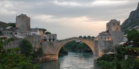 Barrio del Puente Viejo en el centro histórico de Mostar