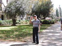 Opi feliz en el parque. Saludando para la foto