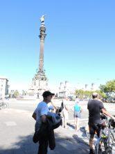 Caminando al Monumento a Colón. Nos abstenemos de cualquier polémica opinión.
