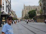 Por las vías del tranvía, camino a la Catedral de Sevilla