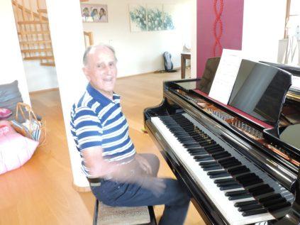 Opi expplica que hace décadas y mas décadas que no toca el piano.