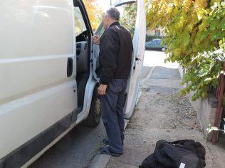 El padre de Elena conversa con el conductor a mi llegada
