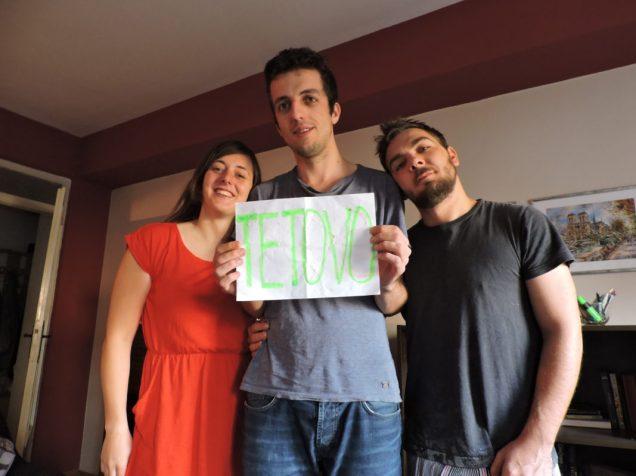 Toma, Driton y Marko con mi cartel de Tetovo