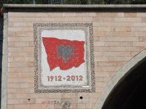 La bandera albanesa, a la salida del túnel