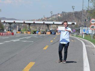 Alex con el cartel a Banja Luka