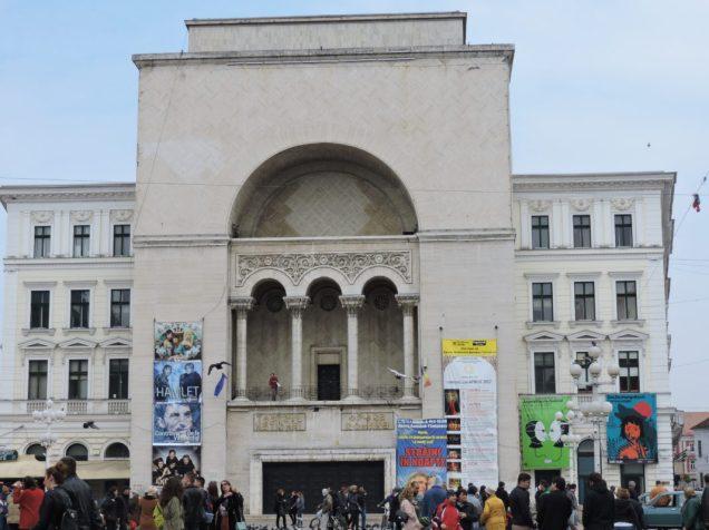 Cuatro teatros juntos: y tres idiomas; rumano, húngaro y alemán