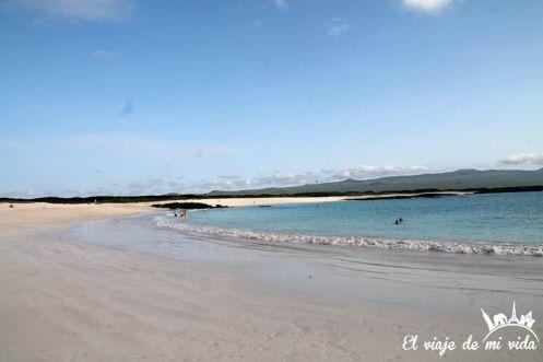 La playa de arena blanca de Cerro Brujo de Galápagos