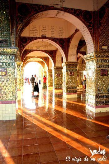 Los reflejos de la Pagoda Sutaungpyei, Mandalay hill, Myanmar
