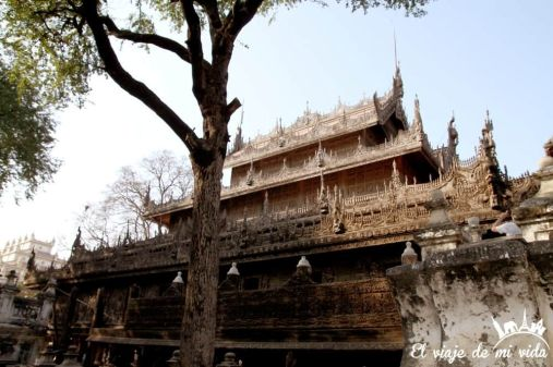 El interior del viejo monaterio de Shwenandaw, Mandalay, Myanmar