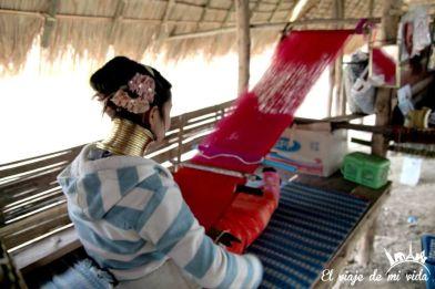 Chica tejiendo