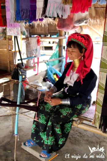Mujer jirafa tejiendo