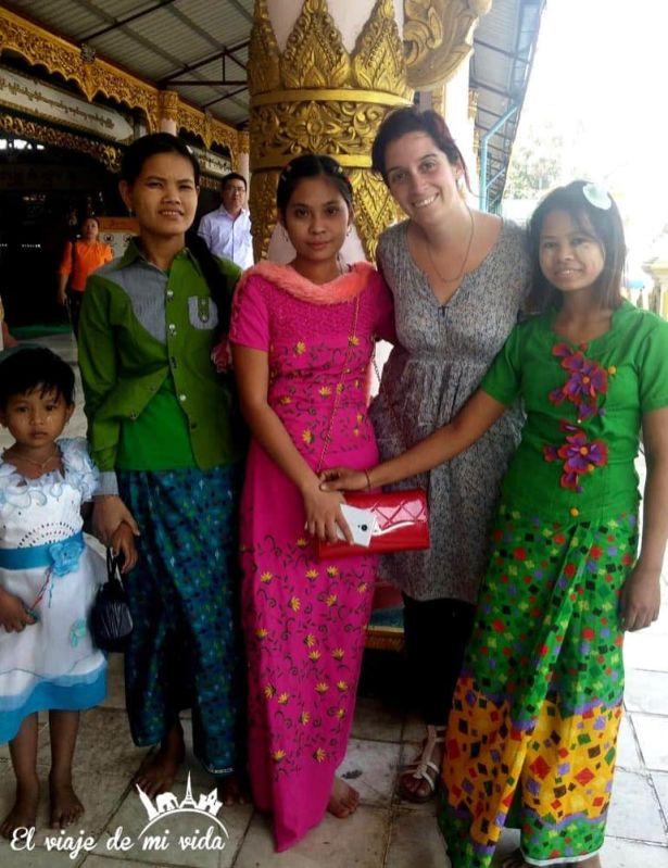 Posando con unas chicas birmanas en Yangón
