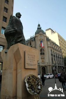 La estatua de Allende junto al palacio de la Moneda