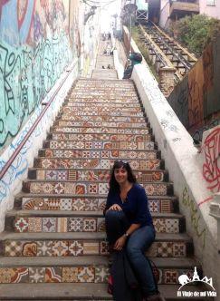 Posando antes las escaleras infinitas de la ciudad de Valparaíso