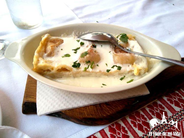 Strukli, unos grandes raviolis de requesón horneados