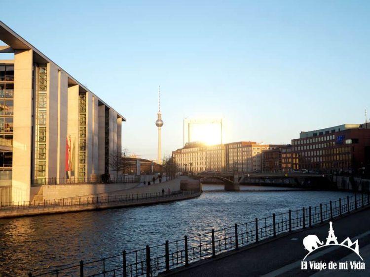 Río Spree en dirección a Friedrichstrasse