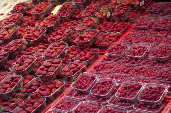 Fresas y frutos del bosque en mercadillo