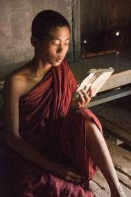 Mandalay, monjes en Inwa 1