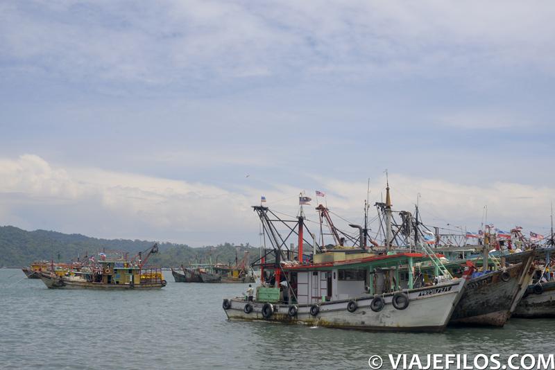 Puerto de Kota Kinabalu, una de las típicas escenas de una escala en la capital de Borneo, escala necesaria en un recorrido mochilero por Malasia